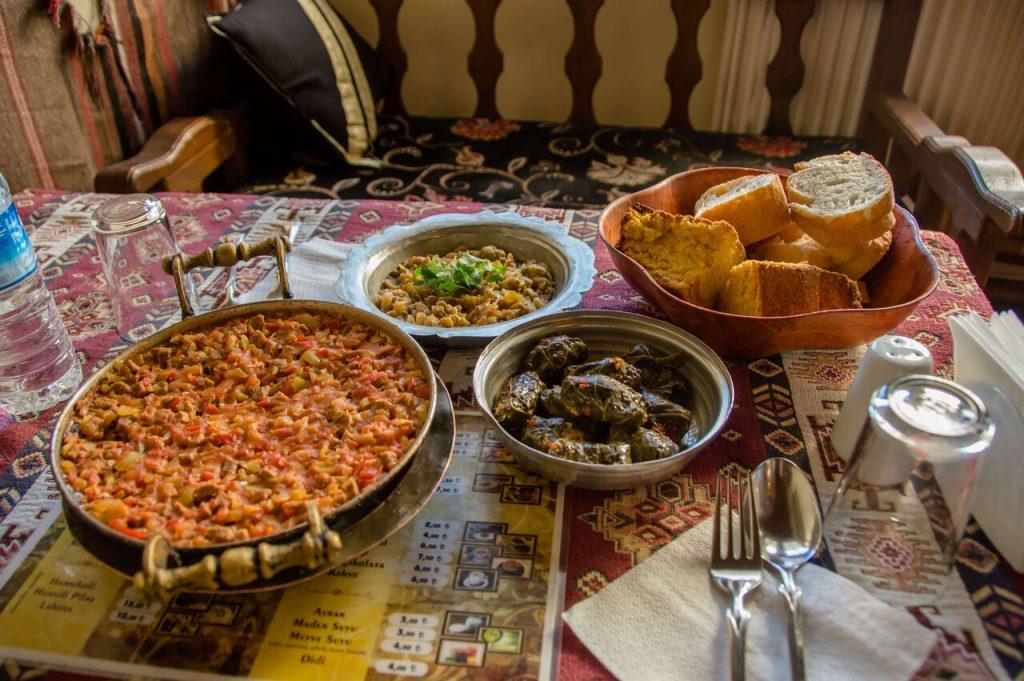 saç kavurma, turşu kavurma (smažená nakladaná zelenina), karalahana sarması (varená ryža balená v kelových listoch) a kukuričný chlieb